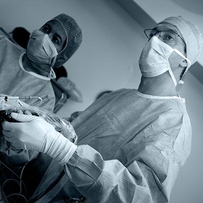 Docteur Bron au bloc opératoire en cœlioscopie